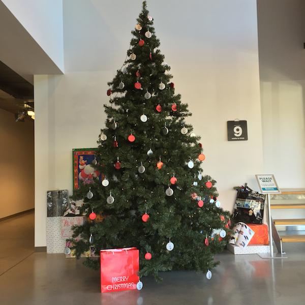 Een hele Kerstboom vol met platte Kerstballen. Dat valt op. Leuk marketing tool voor of tijdens de Kerstdagen.